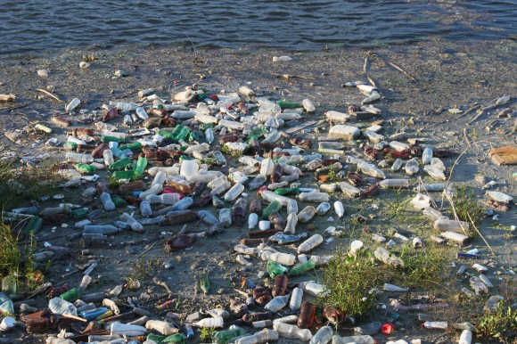 Plastic-Trash-Floating_River_Water-Pollution__IMG_8879-580x386