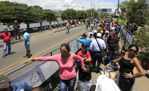 Venezuelans wait in line to cross the border into Venezuela, near Villa del Rosario village, Colombia, August 25, 2015. The ongoing crisis on the border between Colombia and Venezuela should not be used for political point-scoring by leaders in either country ahead of elections in coming months, the Colombian government said on Tuesday. REUTERS/Jose Miguel Gomez
