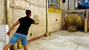 Un jugador se tira el tejo, para el que el deporte se llama.